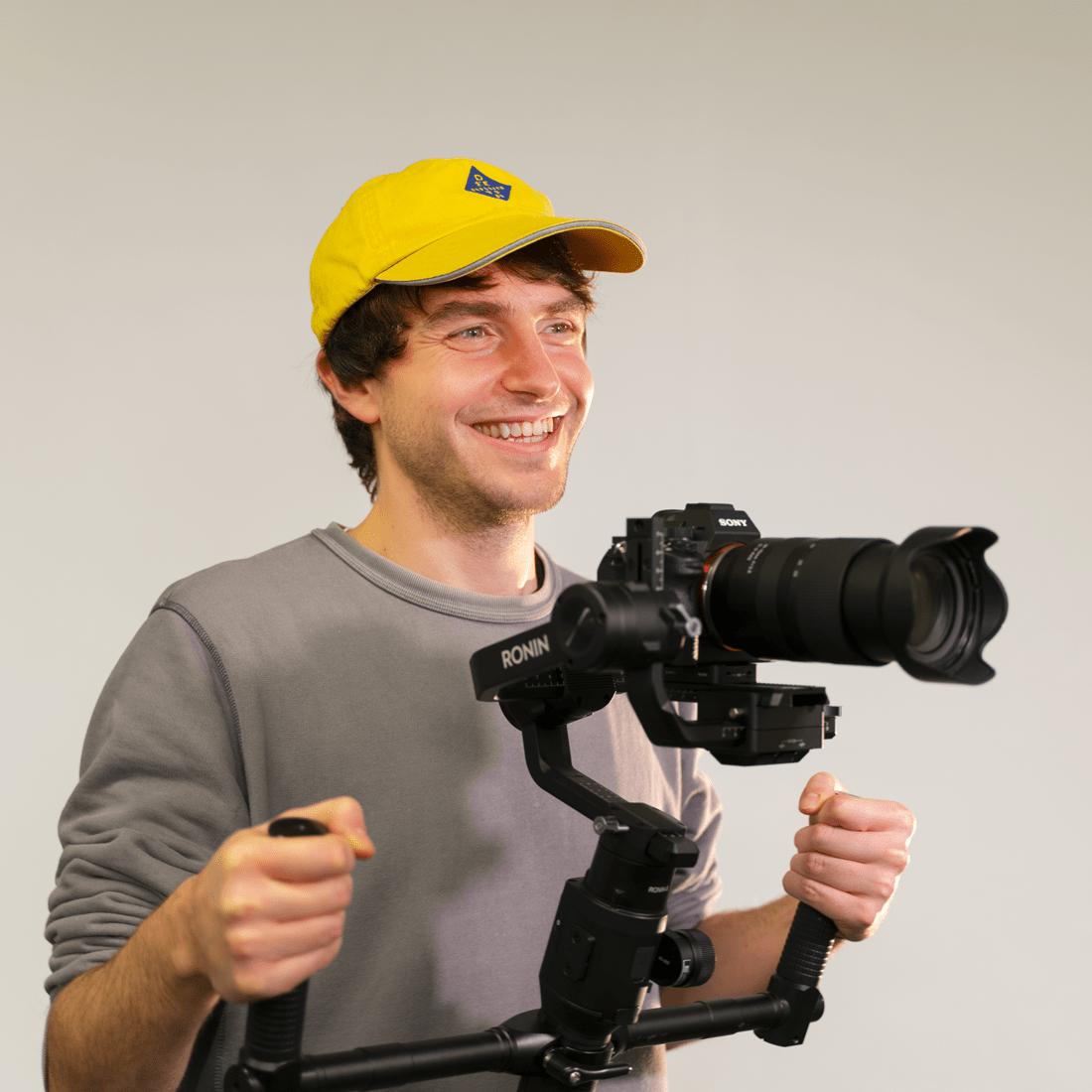 Simone Putzu, Classe '93, Videomaker, durante gli studi inizia a lavorare come freelance a Genova. Perfezionista e ossessionato dal colore, entra a far parte di Plurale Video portando con sé un ricco bagaglio di esperienza sul campo, sia come operatore video sia nella fase di post-produzione.